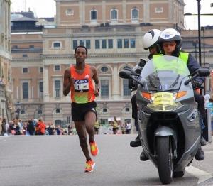 El maratón lo iguala todo. Lo pasa mal el popular, lo pasa mal la elite. Madrid fue un infierno de lluvia.